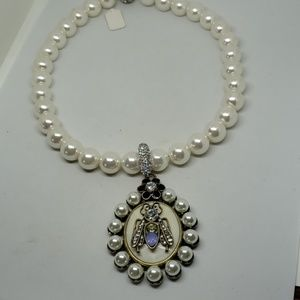 White pearl necklace with detachable pendant